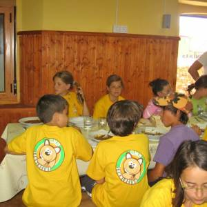Niños comiendo en el campamento